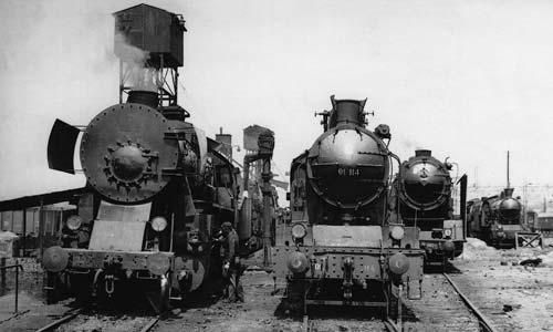 Das Heizhaus Belgrad etwa 1965: Links eine 33er (ex DRB-52) aus der UdSSR, daneben eine Lok der 1C1-Vierzylinderbauart 01. Schräg dahinter eine Lok aus dem BMAG/Borsig-Programm von 1929/30. (Foto: Tadej Braté)