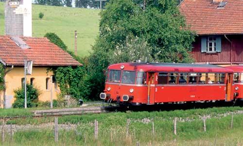 Eine verträumte Nebenbahn – typischer könnte das Umfeld für den Uerdinger Schienenbus wohl kaum sein. Am Haltepunkt Otting (Strecke Traunstein –Waging) legt eine 798/998/998-Garnitur einen kurzen Halt einStefan EisenhutAC