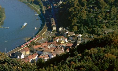 Oktober 2010, Blick von der Festung Königstein auf den gleichnamigen Ort im Tal. Ein S-Bahnzug fährt nach Bad Schandau und auf der Elbe strebt ein Frachtschiff in Richtung TschechienRudolf Heym