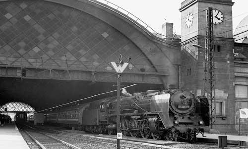 """Die 01 2207 war vom Bw Erfurt nach Dresden abgegeben worden. Vor dem D 371 """"Pannonia"""" mit ungarischen Schlafwagen ist sie im Juni 1976 im Dresdener Hauptbahnhof angekommenHans-J."""
