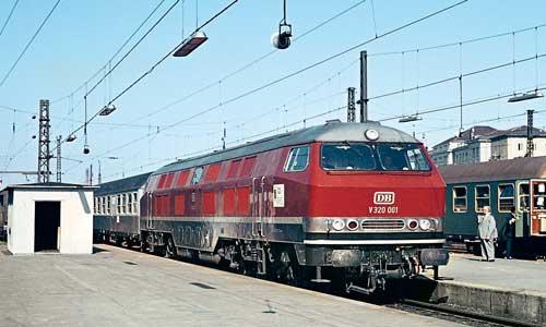Aus dem Allgäu kommend erreicht die V 320 den Münchner Hauptbahnhof. Auf der Seite trägt sie einen Aufkleber zur Verkehrsausstellung 1965Friedhelm Ernst