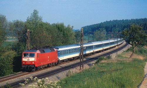 Die orientrot lackierte 120 145 legt sich mit einem stilreinen InterRegio zwischen Augsburg und München in die Kurve. Dieser Abschnitt ist heute viergleisig ausgebautMarcus Niedt