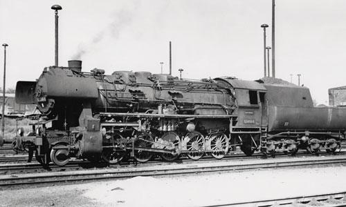 24. Mai 1974, Frankfurt (Oder) Rbf: Die 52 8155 hat gusseiserne Sandkästen der Baureihe 50. Die Anstellwellen sind mit Kardangelenken daran vorbeigeführt, das typische Chaos am 52.80-Kessel Manfred Weisbrod