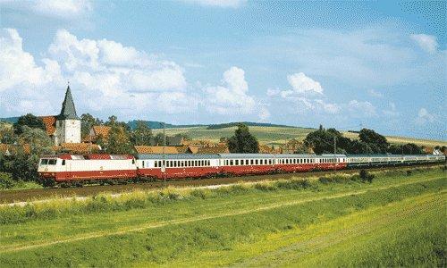 """Kilometer 81,2: Der IC 180 """"Karwendel"""" Innsbruck – Bremen rauscht am 5. August 1984 zwischen Göttingen und Hannover bei Hohnstedt durch die typische Landschaft der Nord-Süd-Strecke. Es führt die 120 002."""