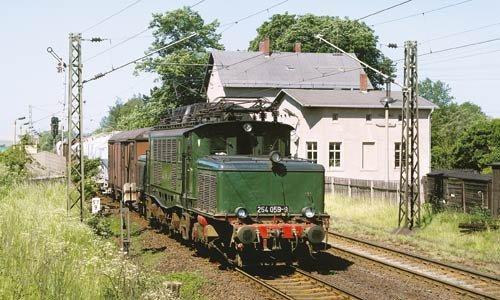 Am 23. Mai 1995 wurde die 254 059 in Bornitz (zwischen Leipzig und Riesa) aufgenommen. Mit den alten Laternen – hier sind es sogar vier – und dem grün-roten Lack wirkt die Lok sehr historisch. Foto: Josef Högemann