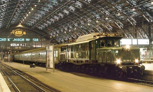Mit einem Sonderzug zum Müngstener Brückenfest ist die 194 158 am 27. Oktober 2001 von Solingen kommend im Kölner Hauptbahnhof eingelaufen. Foto: Thomas Feldmann