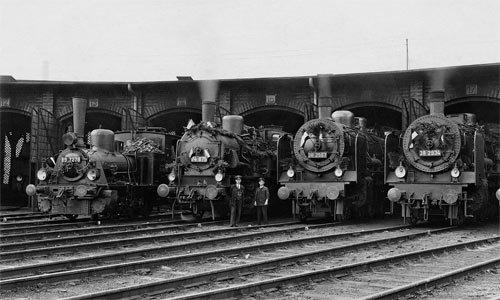 Am 1. Mai 1933 entstand im Bw Leipzig West eine ganze Serie von Aufnahmen, eine schöner als die andere. Wir zeigen Ihnen diese hier mit den vier geschmückten alten Preußen im sächsischen Leipzig. Foto: Slg. Helmut Brinker