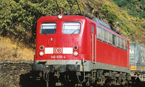 Jahrzehnte prägte die Baureihe 140 den Güterverkehr am Rhein: Bei Wellmich, nördlich von St. Goarshausen, zog 140 678 am 4. September 2005 einen Zug des kombinierten Ladungsverkehrs den Rhein aufwärts gen Koblenz. Foto: Thomas Feldmann