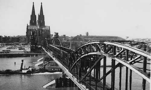 1948 war die Hohenzollernbrücke wieder befahrbar. Ermöglicht wurde dies durch das provisorische Mittelstück der Bauart Schaper-Krupp-Reichsbahn. Foto: Slg. Friedhelm Ernst