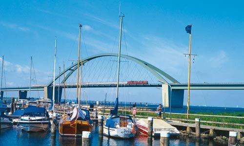 16. Juni 2002 ziehen die 218 185 und 218 488 den IR 2506 über die Fehmarnsundbrücke in Richtung Puttgarden. Foto: Michael Beitelsmann