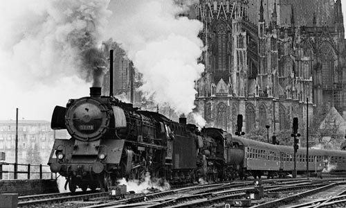 Was für ein prachtolles Motiv! Auf unserem Aufmacherbild setzen die 03 179 und eine 38er mit Wannentender am 27. September 1958 in Köln einen D-Zug in Bewegung. Foto: Slg. Helmut Brinker
