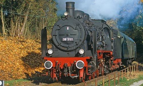Die 38 3101 vor einem Sonderzug von Passau nach Neumarkt St. Veit in Eggenfelden am 17. Oktober 2008. Die Lok ist ein rumänischer Nachbau von 1935, sie gehört der Österreichischen Gesellschaft für Eisenbahngeschichte. Foto: Josef Högemann