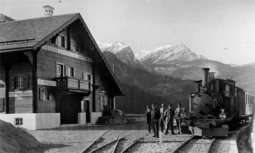 Eine HG 3/3 – gebraucht gekauft von den Berner Oberlandbahnen – 1914 im Bahnhof St. Peter- Molinis. Die Oberleitung hängt, doch noch kann nicht elektrisch gefahren werden. Foto: Archiv RhB