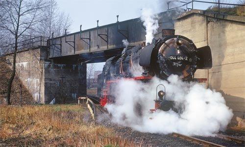 Die 044 404 aus Crailsheim wird am 30. März 1973 auf dem Verbindungsgleis vom AW zum Rangierbahnhof hin- und herbewegt, um die Zylinderventile einzustellen. Foto: Dietmar Falk