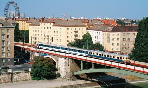 Im Juli 1995 konnte der Triebkopf der Garnitur 4030.210 mit bereits neu lackierten Zwischenund Steuerwagen auf der Brücke am Donaukanal fotografiert werden