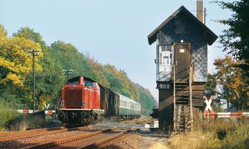 Am Kilometer 119,2, dem BÜ Rischenkrug, wartete Johannes Poets am 31. Mai 1980 auf den N 5552 Hann. Münden – Göttingen, den letzten seiner Art vor der Streckenstilllegung