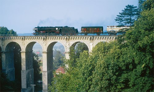 Die 044 209 – mit Läutewerk hinter dem Schornstein – führt am 12. Juli 1975 einen Güterzug nach Ottbergen über den Viadukt bei Greene in der Nähe von Kreiensen. Foto: Dietmar Falk