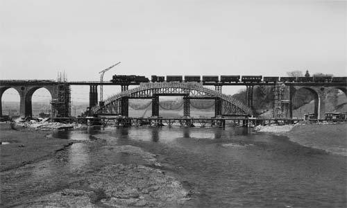 Eine 50er ohne Windleitbleche überquert die in den letzten Kriegstagen 1945 zerstörte und nun im Wiederaufbau befindliche Fuldabrücke bei Guntershausen. Foto: Först/Slg. Andreas Knipping