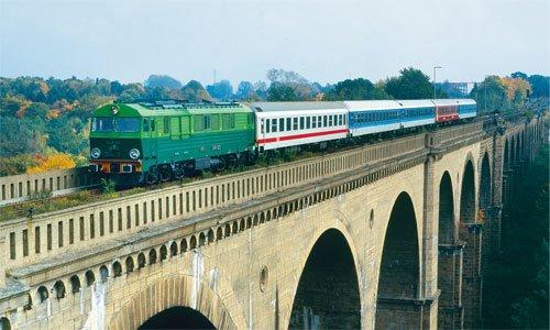 So etwas ist Geschichte: Die polnische SU 46-029 kommt am 10. Oktober 2002 mit einem Interregio von Breslau nach Dresden heran. Am Neißeviadukt erkennt man sehr gut den helleren Teil im Vordergrund, der nach der Sprengung von 1945 neu aufgebaut...