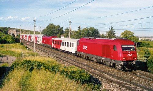 Solch kuriose Bespannungen sind auf dem Südbahn-Abschnitt Wien – Wiener Neustadt zu sehen: Am 20. Juni 2008 sind die 2016 032 und die 2016 016 als Zug 7785 bei Pfaffstätten unterwegs, um in Wiener Neustadt geteilt zu werden. Foto: Markus Inderst