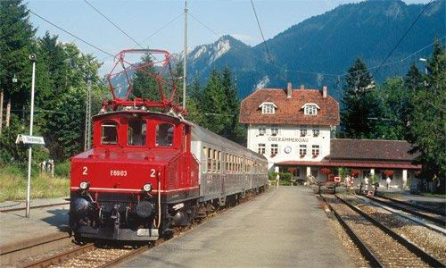 Noch Zeit bis zur Rückfahrt nach Murnau ist für die E 69 03 im September 1991 in Oberammergau. Foto: Brian Rampp