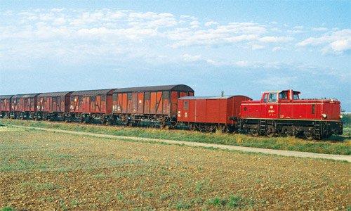 Im Herbst 1981 war die Schmalspurwelt in Oberschwaben noch in Ordnung. 251 903 ist mit ihrem Güterzug von Warthausen bei Barabein auf dem Weg nach Ochsenhausen