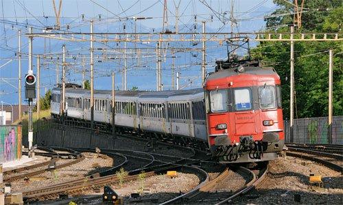 Der 540 050 am Schluss einer S 21 nach Zug, es ist eine typische Garnitur der Zürcher S-Bahn beim Verlassen der Station Thalwil. Typisch sind auch die sehr schmalen Stromabnehmer