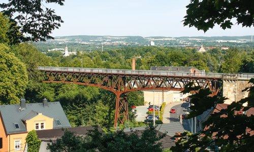 Herrlich, auch wenn kein Zug mehr fährt: Von der eleganten Stahlbrücke in Rabenstein – heute mit Radweg – hat man einen wunderbaren Blick hinüber nach Chemnitz und zum Erzgebirge. Foto: Markus Bergelt