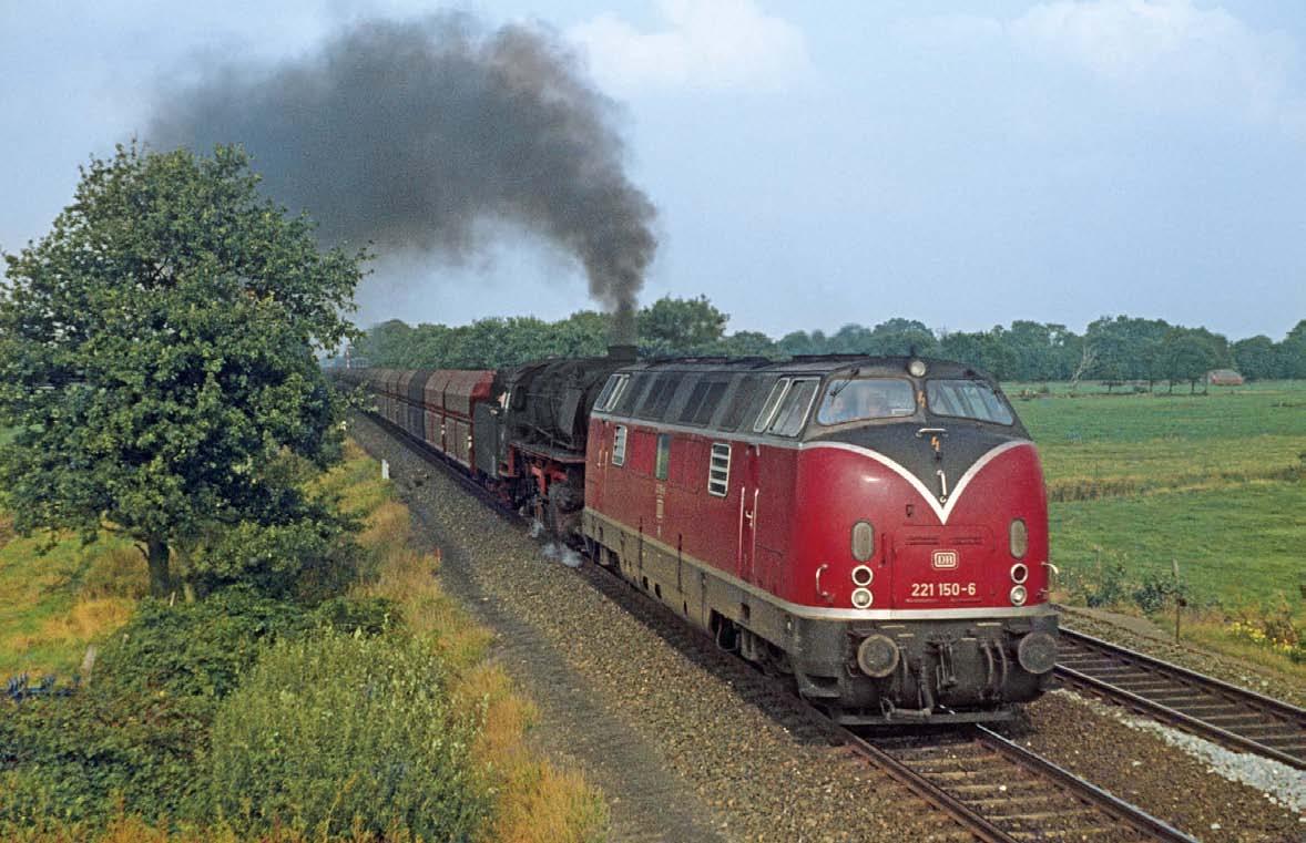 Diesel und Dampf: Erzzug bei Steenfelde am 18.September 1976 mit 221 150 und 043 196 (BILD: Josef Högemann)