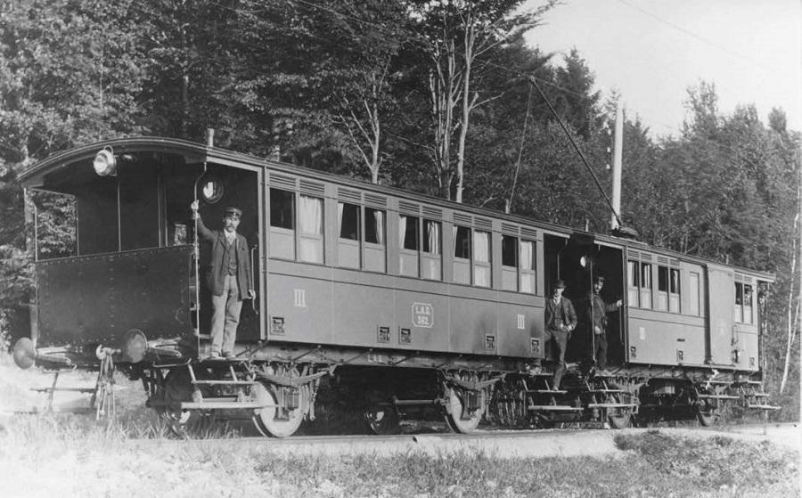 """Ein schönes Foto aus der Anfangszeit der Bahn: Groß sehen wir hier den einzigen Beiwagen mit der LAGNummer 362. Der Triebwagen bezog den """"Saft"""" über einen Stangenstromabnehmer"""